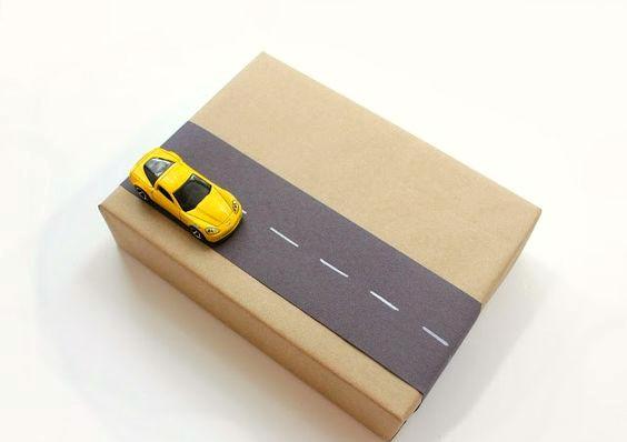 ideas-para-envolver-regalos-infantiles-decorados-con-juguetes-1
