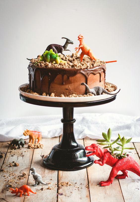 tarta-infantil-decorada-con-dinosaurios
