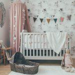 Habitación de bebé en tonos pastel con accesorios de tendencia