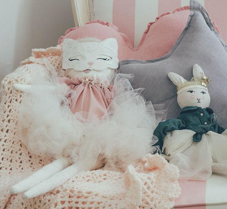 Habitación de bebé en tonos pastel con accesorios de tendencia ... feb1a5b5c9f