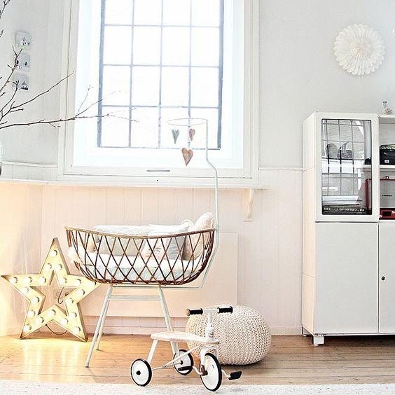 decorar habitacion bebe cuna mimbre ovalada