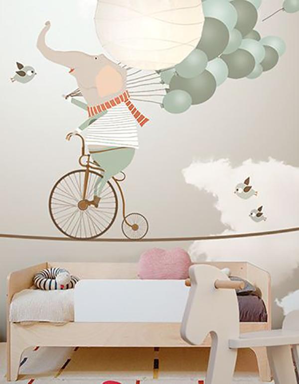 en este cuarto han pensado a lo grande y han aadido un papel pintado con un elefante haciendo como en un circo sin duda las paredes se llevan