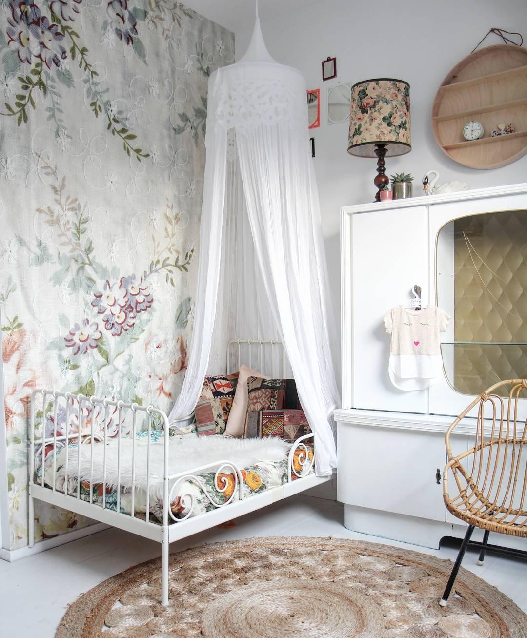 papel pintado de flores para una habitaci n infantil decopeques. Black Bedroom Furniture Sets. Home Design Ideas