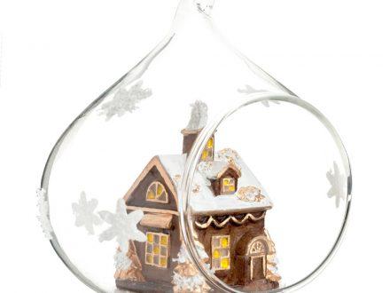 Bola de Navidad de cristal abierta con pueblo navideño y motivos de estrella blancas